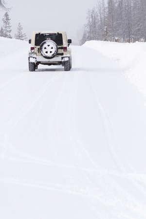 4 wheel: Jeep peque�o en la carretera cubierta de nieve. Editorial