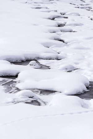 Río congelado en la mitad del invierno. Foto de archivo - 17708361