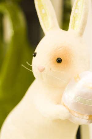 pasch: Pasqua rubbit figurine decorare un tavolo.