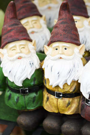 handgemaakte tuinkabouters op het display.