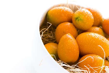 rutaceae: Kumquats org�nicos sobre un fondo blanco.