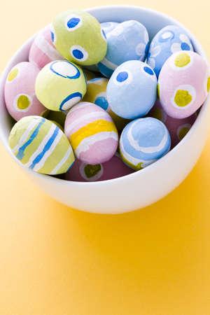 pasch: Dipinte a mano le uova di Pasqua wwith rought colpi di spazzola.