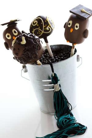 卒業パーティーのためにチョコレート ケーキの pop が飾られています。 写真素材