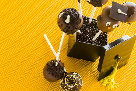 グルメ チョコレート ケーキの pop は卒業パーティーの装飾されています。