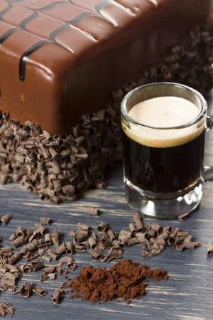 cerveza negra: Lefthand leche pastel cervecer�a cerveza negra con m�ltiples capas de pastel de chocolate con infusi�n de cerveza negra, llena de mousse de chocolate robusto y cubierto de ganache de chocolate con leche. Foto de archivo