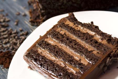 rebanada de pastel: Lefthand leche pastel cervecería cerveza negra con múltiples capas de pastel de chocolate con infusión de cerveza negra, llena de mousse de chocolate robusto y cubierto de ganache de chocolate con leche. Foto de archivo