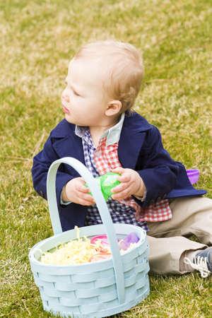 pasch: Una giovane famiglia con bambino nel parco in una bella giornata di primavera.