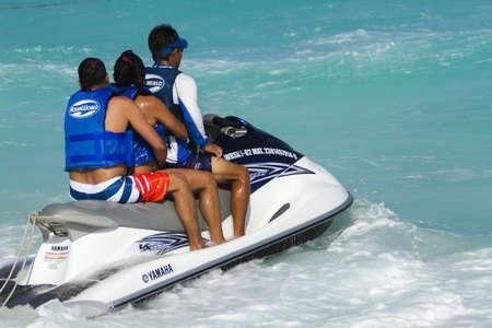 jet ski: Avoir du plaisir sur jet ski � la mer Caribbian. �ditoriale