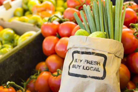 Verse producten te koop bij de lokale boerenmarkt. Stockfoto