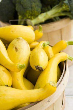 zucchini: Productos frescos a la venta en el mercado local de agricultores. Foto de archivo