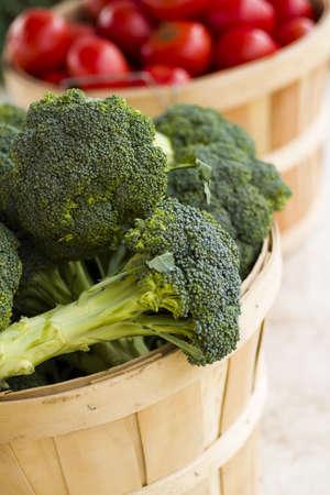 broccoli: Verse producten te koop bij de lokale boerenmarkt.