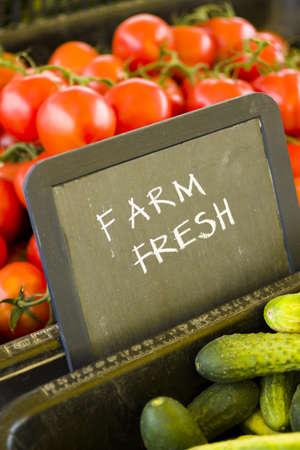 Verse producten te koop bij de lokale boerenmarkt.
