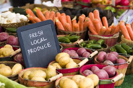 fresh air: Productos frescos a la venta en el mercado local de agricultores. Foto de archivo