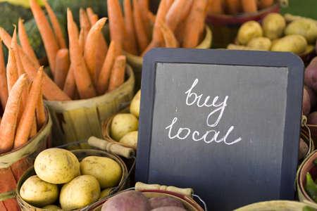 Frische Produkte zum Verkauf auf dem lokalen Farmers Market.