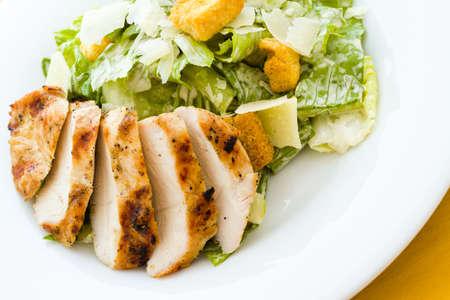 ensalada cesar: Gourmet ensalada César de pollo a la parrilla con migas de pan. Foto de archivo