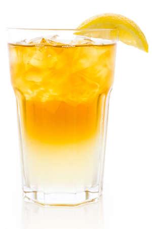 くさび形のレモンをアーノルド ・ パーマー冷たい飲み物。