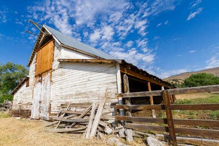 arroyo: Old white barn with farm yard.