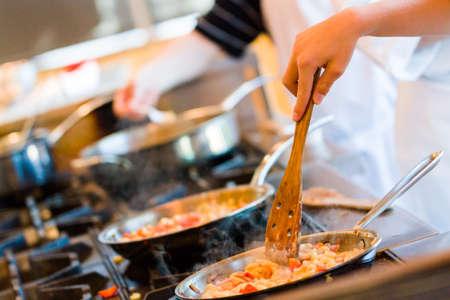 niños cocinando: Los niños aprenden a cocinar en una clase de cocina.