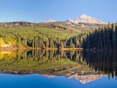 woods lake: Autunno in riflesso perfetto di Woods Lake, Colorado.