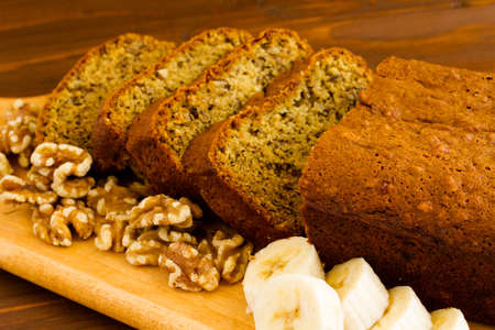 Freshly baked classic banana bread with walnuts and bananas. Banque d'images