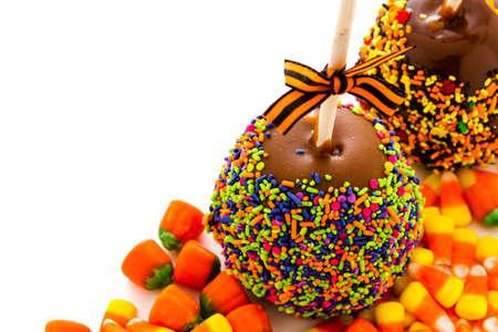 multi colour: Mano sumergi� manzana de caramelo cubierto con virutas de varios colores.