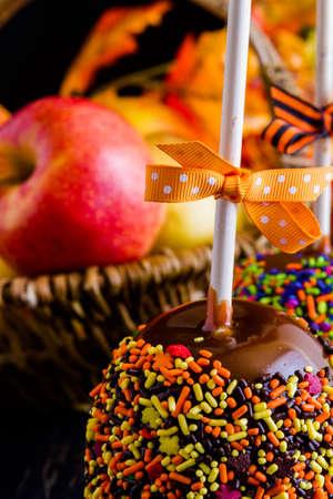 multi colour: Baj� la mano manzana de caramelo cubierto de m�ltiples colores roc�a. Foto de archivo