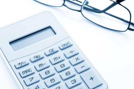 gafas de lectura: Calculadora amarilla simple con gafas de lectura sobre un fondo blanco.
