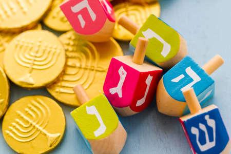 Ein Stillleben von Elementen des jüdischen Chanukka  Chanukka-Fest zusammen. Standard-Bild