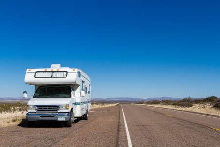 Klasse C motorohome in der Wüste. Standard-Bild - 25065444