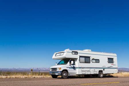 Klasse C motorohome in der Wüste. Standard-Bild - 25065446