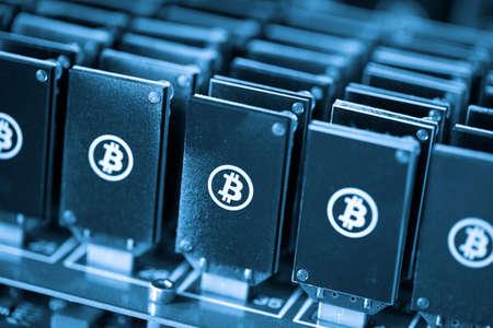 Bitcoin Mining USB-Geräte auf einem großen USB-Hub.