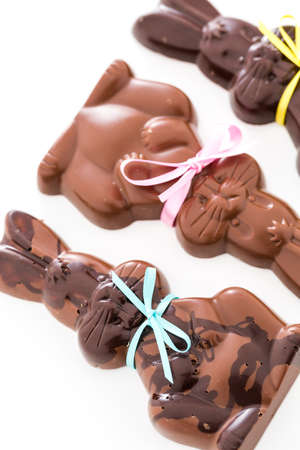 pasch: Coniglietti di cioccolato di Pasqua a base di latte solido e cioccolato fondente.