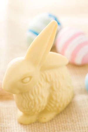 pasch: Pasqua di cioccolato bunny mafe di cioccolato bianco. Archivio Fotografico