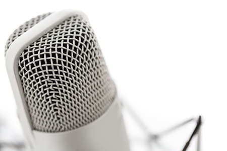 Studio-Mikrofon für die Aufzeichnung von Podcasts auf einem weißen Hintergrund. Standard-Bild - 26956519
