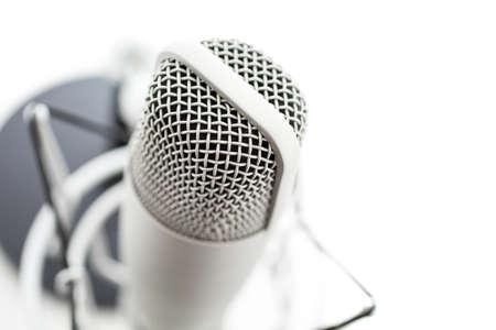 Studio Mikrofon zum Aufnehmen von Podcasts auf einem weißen Hintergrund. Standard-Bild