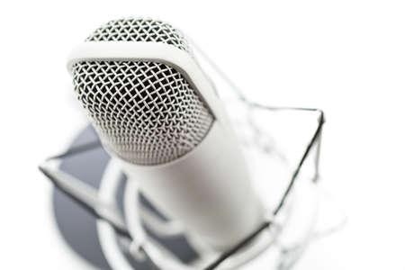 Studio microfoon voor het opnemen van podcasts op een witte achtergrond.
