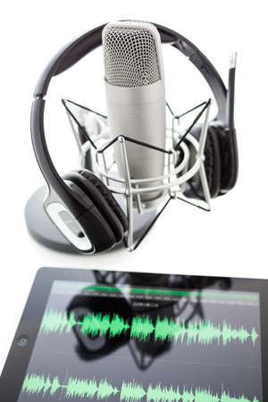 Studio microphone for recording podcasts with headset on a white background. Banque d'images