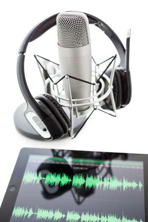 Studio Mikrofon zum Aufnehmen von Podcasts mit Headset auf weißem Hintergrund. Standard-Bild