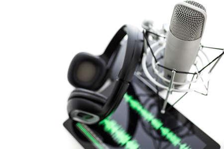 흰색 배경에 헤드셋과 팟 캐스트를 녹음 스튜디오 마이크.