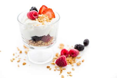 Ontbijt parfait gemaakt van Griekse yoghurt en muesli gegarneerd met verse bessen. Stockfoto