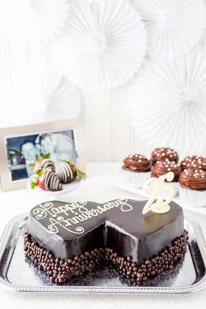 aniversario de boda: Celebrando aniversario de boda con la torta de chocolate en forma de coraz�n.