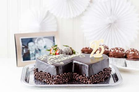 anniversaire mariage: C�l�bration anniversaire de mariage avec forme de coeur g�teau au chocolat.