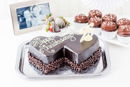 anniversaire mariage: C�l�bration anniversaire de mariage en forme de coeur avec un g�teau au chocolat. Banque d'images