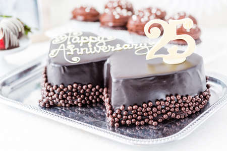 aniversario de boda: Celebrando aniversario de boda con la torta de chocolate de forma de coraz�n.