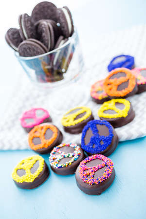 Gourmet Chocolate covered Oreos with colorful sprinkles on top. Imagens