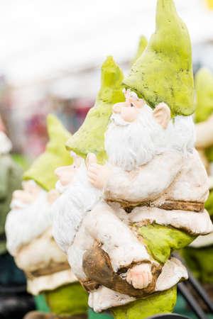 nain de jardin: Handmade sculptures de nains de jardin � l'�cran. Banque d'images