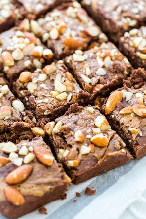 Gourmet glutenfreie Schokolade Chia beißt gekrönt mit Mandeln.