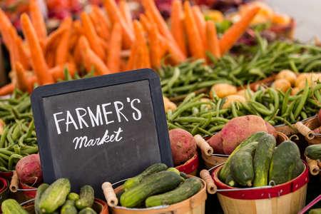 지역 농민 시장에서 판매에 신선한 유기 농산물. 스톡 콘텐츠
