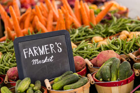 Verse biologische producten te koop bij de lokale boeren markt. Stockfoto - 30139362