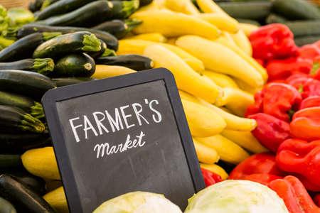地元の農家の市場で販売の新鮮な有機農産物。 写真素材